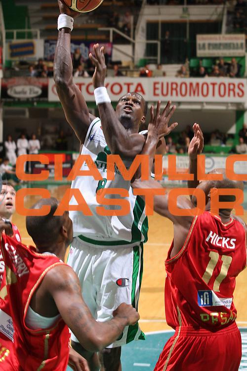 DESCRIZIONE : Siena Lega A1 2008-09 Montepaschi Siena Scavolini Spar Pesaro<br /> GIOCATORE : Benjamin Eze<br /> SQUADRA : Montepaschi Siena <br /> EVENTO : Campionato Lega A1 2008-2009<br /> GARA : Montepaschi Siena Scavolini Spar Pesaro<br /> DATA : 21/12/2008<br /> CATEGORIA : Tiro<br /> SPORT : Pallacanestro<br /> AUTORE : Agenzia Ciamillo-Castoria/G.Ciamillo