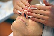 Nederland, Nijmegen, 24-10-2011Leerling van het ROC, afdeling schoonheidsspecialiste, doet praktijk op een oudere vrouw.Foto: Flip Franssen