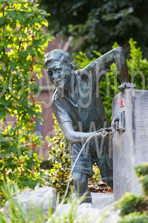 "Bronzestatue des ""Ropieur"", Jardin du Mayeur, Garten, Rathaus, Grand Place, Mons, Hennegau, Wallonie, Belgien, Europa | figure of  ""Ropieur"", Jardin du Mayeur, guild hall, Grand Place, Mons, Hennegau, Wallonie, Belgium, Europe"