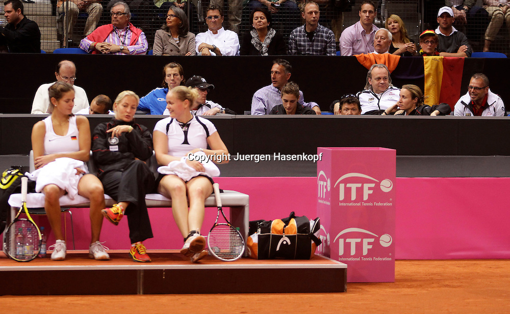 Fed Cup 2011 in Stuttgart, internationales ITF  Damen Tennis Turnier, Mannschafts Wettbewerb, team competition, Doppel, Barbara Rittner mit Anna Lena Groenefeld ( schwarze Socken)  / Julia Goerges (beide GER), dahinter das gesamte deutsche Team