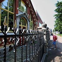 Nederland, Zaandam , 6 juli 2013.<br /> Wandeling door de binnenstad van Zaandam. <br /> Starten bij De Werf aan de Oostzijde. Daarvandaan kun je lopen op een soort boulevard tussen de flats en het water. De eerste stop is De Fabriek, filmhuis en eetcafé met terras aan de Zaan met uitzicht op de sluis. Daarna de sluis zelf.<br /> Dan langs het winkelgebied richting de Koekfabriek: Het oude Verkade pand dat is verbouwd en waar nu de bieb en sportschool en restaurant etc. in zitten.<br /> (Dat is aan de overkant van het startpunt) en misschien nog de Zwaardemaker meepakken aan de Oostzijde. Dat is een oud pakhuis die Rochdale enige jaren geleden heeft verbouwt tot appartementen met een stukje Nieuwbouw.<br /> Ook doen: het Russische buurtje vlakbij de Zaan. Dit jaar staat Rusland in de schijnwerpers en Zaandam heeft een speciale band met Rusland, vanwege het Czaar Peterhuisje en de Russische buurt. <br /> Op de foto: Het Czaar Peterhuisje in de Russische buurt.<br /> Foto:Jean-Pierre Jans