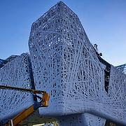 Expo Milano 2015 Palazzo Italia è ispirato a una foresta urbana; la pelle ramificata disegnata dallo Studio Nemesi come involucro esterno dell'edificio evoca una figuratività primitiva e tecnologica al tempo stesso. La tessitura di linee genera alternanze di luci e di ombre, di vuoti e di pieni dando vita a un'architettura-scultura che rimanda ad opere di Land Art.