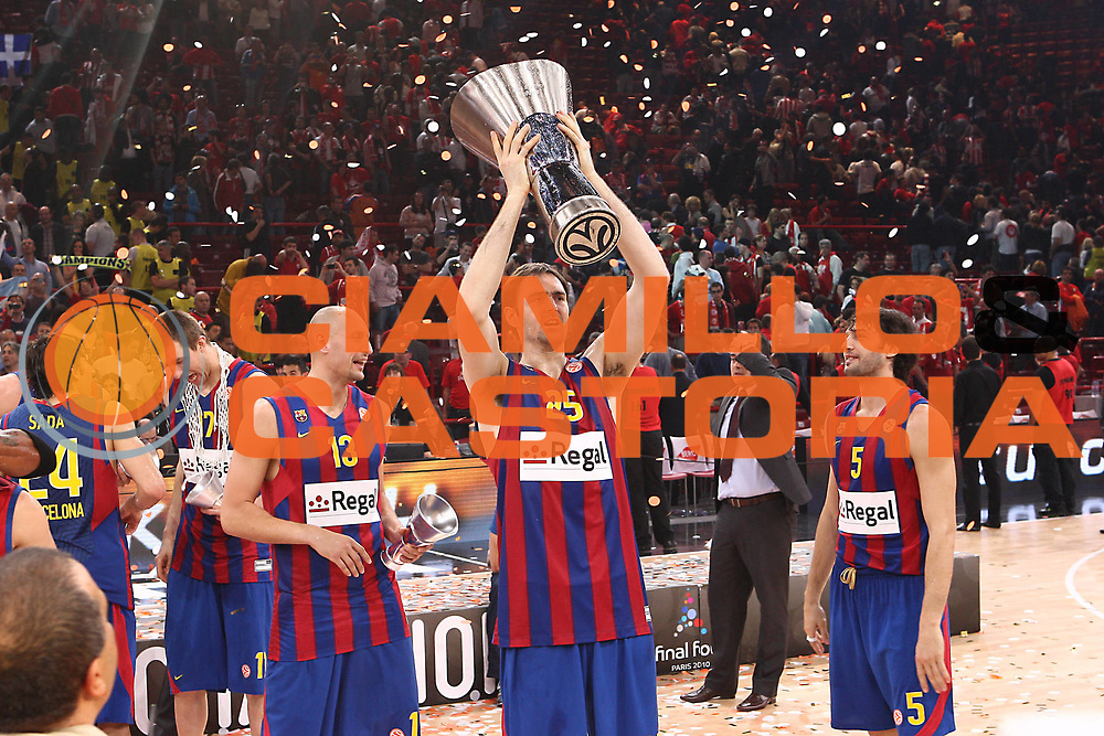 DESCRIZIONE : Parigi Paris Eurolega Eurolegue 2009-10 Final Four Finale 1-2 posto place Final Regal Fc Barcellona Olympiacos Pireo Atene<br /> GIOCATORE : Erazem Lorbek Gianluca Basile<br /> SQUADRA :&nbsp;Regal Fc Barcellona <br /> EVENTO : Eurolega 2009-2010&nbsp;<br /> GARA : Regal Fc Barcellona Olympiacos Pireo Atene<br /> DATA : 09/05/2010&nbsp;<br /> CATEGORIA : premiazione esultanza coppa<br /> SPORT : Pallacanestro&nbsp;<br /> AUTORE : Agenzia Ciamillo-Castoria/C.De Massis<br /> Galleria : Eurolega 2009-2010&nbsp;<br /> Fotonotizia : Parigi Paris Eurolega Euroleague 2009-2010 Final Four Finale 1-2 posto place Final Regal Fc Barcellona Olympiacos Pireo Atene<br /> Predefinita :