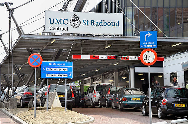 Nederland, Nijmegen, 1-5-2012Ingang gebouw umc radboud, umcn, academisch, universitair ziekenhuis. Door de verhuizing van de spoedeisende hulp rijden hier geen ambulances meer langs.Foto: Flip Franssen