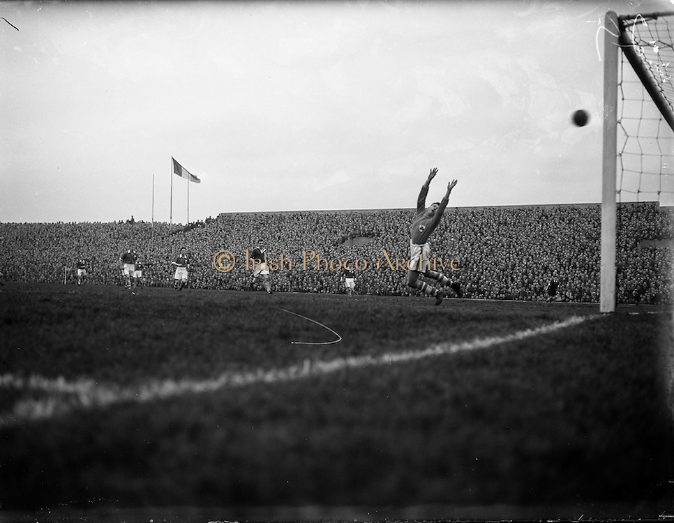 18/03/1957<br /> 03/18/1957<br /> 18 March 1957<br /> Soccer: League of Ireland v Irish League at Dalymount Park, Dublin.