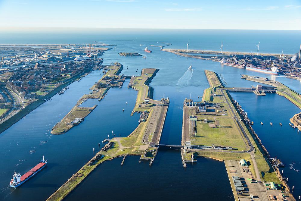 Nederland, Noord-Holland, IJmuiden, 11-12-2013; IJmuiden, met sluizencomplex: Zuidersluis, Middensluis, Noordersluis en de Spuisluis. Noordzeekanaal en Tata Steel (voorheen Corus, Hoogovens). Noordzee in de achtergrond.<br /> Entrance  Noorzee-channel with locks and Tata Steel in the background.<br /> luchtfoto (toeslag op standaard tarieven);<br /> aerial photo (additional fee required);<br /> copyright foto/photo Siebe Swart.