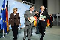 2006, BERLIN/GERMANY:<br /> Angela Merkel (L), Bundeskanzlerin, Kurt Beck (M), SPD Parteivorsitzender und Ministerpraesident Rheinland-Pfalz, Edmund Stoiber (R), CSU, Ministerpraesident Bayern, nach einer Pressekonferenz nach einer Koalitionsrunde zur Gesundheitsreform, Bundeskanzleramt   <br /> IMAGE: 20061005-01-048<br /> KEYWORDS: Gesundheitskompromiss, Koalitionsgespraech, Koalitionsgespräch