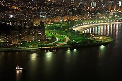 Vista aérea noturna do Pão de Açucar sobre o Rio de Janeiro. FOTO: Jefferson Bernardes / Preview.com
