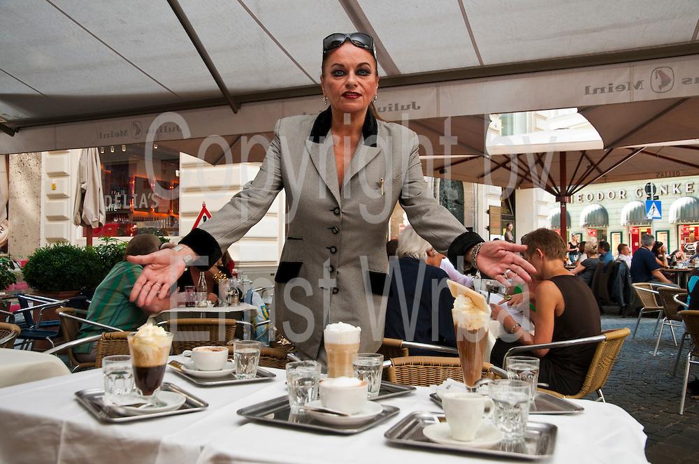 Susanne Widl, verschiedene Kaffeesorten, Tradionskaffeehaus Cafe Korb, Wien, Österreich.|.Susanne Widl owner of Cafe Korb, Wien, Österreich, Vienna, Austria