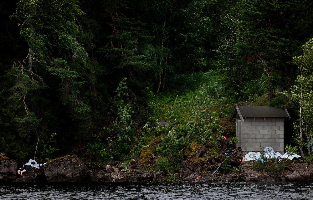 Döda ungdomar på ön Utoya. På denna bild räknar jag till omkring nio personer som mist sina liv.
