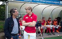 BLOEMENDAAL - Marc Benninga met Nick Meijer. Oud internationals Eby Kessing, Ronald Brouwer en Nick Meijer, alle spelers van Bloemendaal, namen afscheid met een afscheidsdrieluik. COPYRIGHT KOEN SUYK