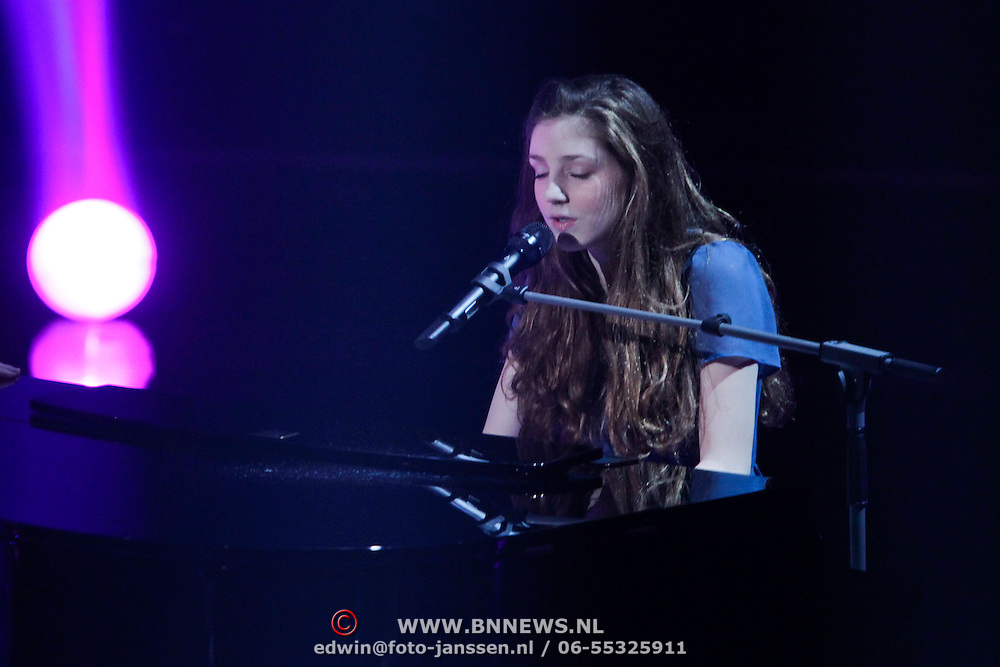 NLD/Hilversum/20120120 - Finale the Voice of Holland 2012, optreden Iris Kroes en Birdy