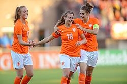 20-05-2015 NED: Nederland - Estland vrouwen, Rotterdam<br /> Oefeninterland Nederlands vrouwenelftal tegen Estland. Dit is een 'uitzwaaiwedstrijd'; het is de laatste wedstrijd die de Nederlandse vrouwen spelen in Nederland, voorafgaand aan het WK damesvoetbal 2015 / Jill Roord #10, Renate Jansen #18, Tessel Middag #6
