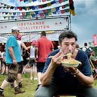 Nederland, Landgraaf, 12 juni 2015<br /> Hans van Wolder, eigenaar van restaurant Beluga in Maastricht proeft bij verschillende eettentjes op het Pinkpop terrein.<br /> <br /> <br /> <br /> Foto: Jean-Pierre Jans