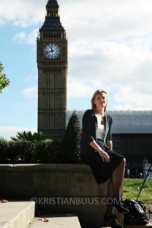 Lulu Gravergaard, ansat ved Westminster Council, udenfor Big Ben og det britiske parlament.