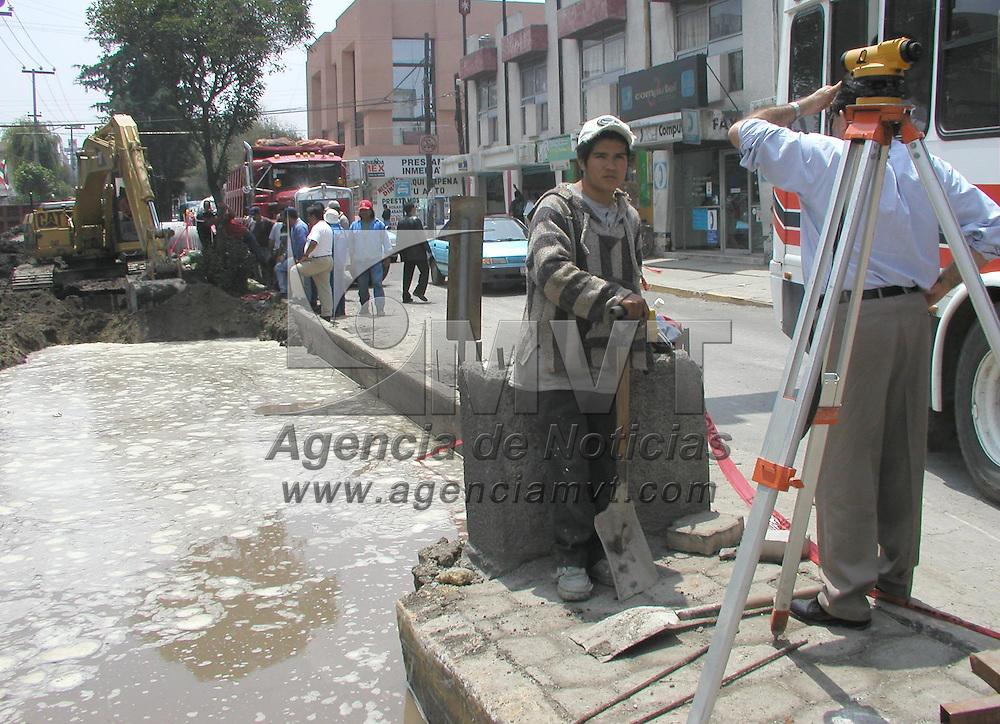 Metepec, M&eacute;x.- En la avenida Ignacio Allende del fraccionamiento Pilares se realizan trabajos viales donde se implementara el llamado cemento hidr&aacute;ulico, pero en la realizaci&oacute;n de estos trabajo se han averiado algunas tuberias . Agencia MVT / Arturo Rosales Ch&aacute;vez. (DIGITAL)<br /> <br /> NO ARCHIVAR - NO ARCHIVE