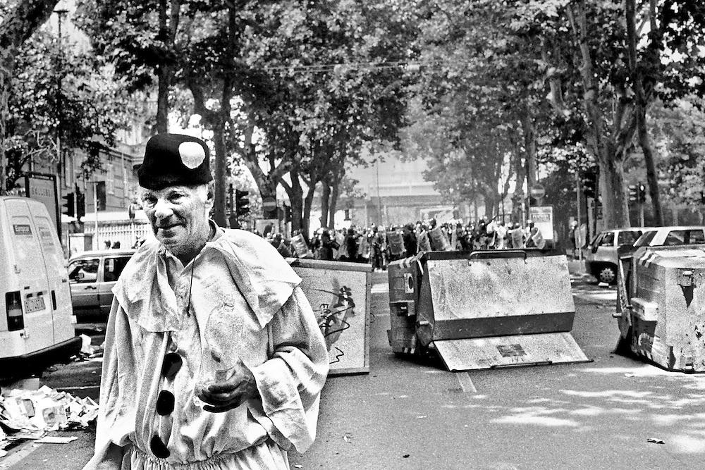 Genova, venerdì 20 luglio 2001. Giornata delle piazze tematiche. Corteo della disobbedienza civile. Via Casaregis. Manifestante vestito da Pierrot, dopo l'assalto dei Carabinieri al corteo. Da fonti stampa, quest'uomo sarebbe stato malmenato poco dopo dalle forze di polizia.
