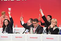 14 APR 2013,AUGSBURG/GERMANY:<br /> Andea Nahles, SPD Generalsekretaerin, Peer Steinbrueck, SPD Kanzlerkandidat, Sigmar Gabriel, SPD Parteivorsitzender, Hannelore Kraft, SPD, Ministerpraesident NRW, mit Stimmkarten, waehrend einer Abstimmung, a.o. SPD Bundesparteitag, Messe Augsburg<br /> IMGE: 20130414-01-401<br /> KEYWORDS: Parteitag, party congress, Peer Steinbrück, Delegiertenkarten,