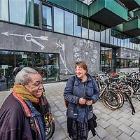 Nederland, Amsterdam, 3 februari 2017.<br /> Mevrouw Hoogvliet is bewoonster van de z.g. wuifwoning in de Poeldijkstraat.<br /> De Poeldijkstraat 10 biedt onderdak aan ruim 180 bewoners van De Rijswijk, De Veste en het Passantenverblijf en is ook kantoor is voor het Mobiel Team. Het pand  telt twaalf verdiepingen en biedt dus het mooiste uitzicht over de stad. <br /> Er wonen 40 bewoners verdeeld over de vier verdiepingen. De tweede verdieping is aangepast voor bewoners met een bovengemiddelde fysieke zorgbehoefte. Op die kamers is het bijvoorbeeld mogelijk om een alarm te krijgen en is er voor de bewoners een specifiek zorgplan. Het pand is rolstoelvriendelijk. Alle medicatie is bij de begeleiding in beheer en er zijn vier uitdeelmomenten per dag.<br /> <br /> Er wonen acht bewoners in een zelfstandige flat op drie minuten lopen van het pand aan de Poeldijkstraat. Zij hebben ook een mentorkoppel die hen begeleidt vanuit de Veste. Bewoners van de flat hebben hun medicatie in eigen beheer.<br /> <br /> Foto: Jean-Pierre Jans