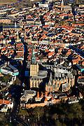 Nederland, Gelderland, Zutphen, 01-20-2011; Oude binnenstad op donderdagse marktdag, marktkramen, markt op de Zaad-, Hout-, en Groenmarkt. Sint Walburgiskerk..Marketday in the old center of the Hansa city of Zutphen..luchtfoto (toeslag), aerial photo (additional fee required).copyright foto/photo Siebe Swart