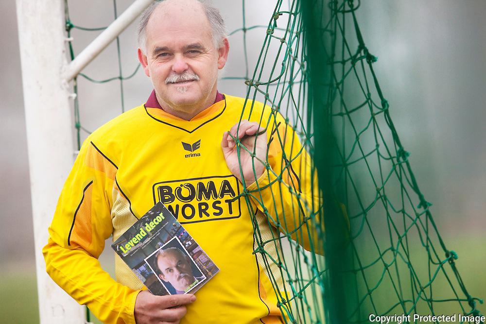 """369806-Rudy Nuyens, figurant bij FC De Kampioenen stelt boek """" levend decor"""" voor-Welvaartstraat Berlaar"""