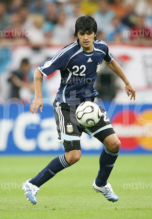 Fussball WM 2006  Gruppenspiel  Vorrunde Argentinien - Serbien/Montenegro Luis GONZALEZ (ARG) am Ball