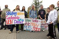 12 MAY 2004, LUDWIGSFELDE/GERMANY:<br /> Schueler demonstrieren fuer den Erhatlt der Ganztagsschule in Mahlow, waehrend dem Besuch von Bundeskanzler G erhard S chroeder in der Gesamtschule Ludwigsfelde<br /> IMAGE: 20040512-02-003<br /> KEYWORDS: Schueler, Demo