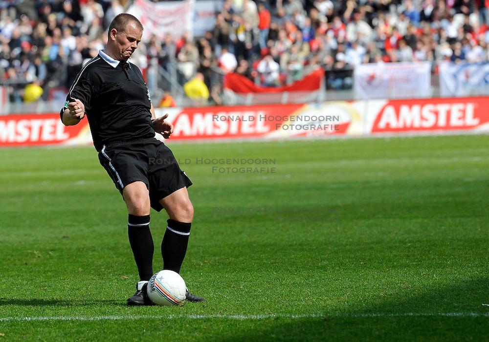 20-04-2008 VOETBAL: FC UTRECHT - FC GRONINGEN: UTRECHT<br /> Utrecht wint met 2-0 van Groningen / Scheidsrechter Jack Hulten<br /> &copy;2008-WWW.FOTOHOOGENDOORN.NL