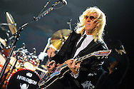 Davey Johnstone mit Elton John  in der  TUI-Arena in Hannover am 24.November 2014. Foto: Rüdiger Knuth