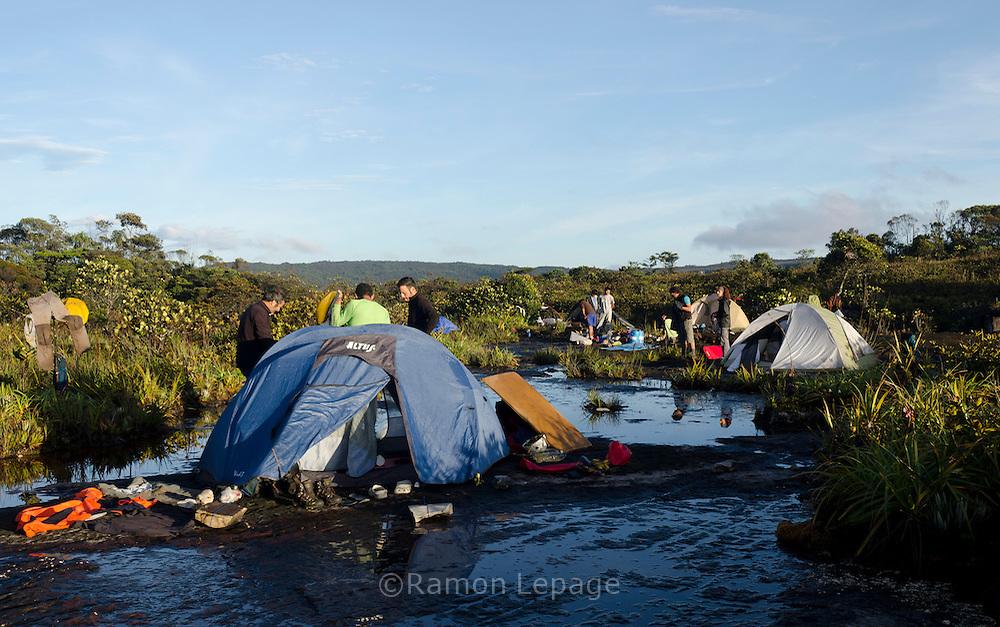 """AUYANTEPUY, VENEZUELA. Campamento ''Neblina""""'  El Auyantepuy es el mayor de los tepuis del Parque Nacional Canaima. En sus 700 kms2 alberga el salto angel o conocido por lengua indígena Pemon como """"Kerepacupai Vena; es la caída de agua más grande del mundo con sus 979 metros de altura. (Ramon lepage /Orinoquiaphoto/LatinContent/Getty Images)"""