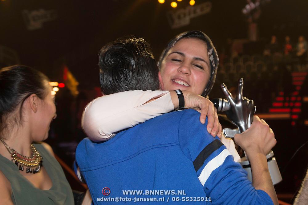 NLD/Hilversum/20140221 - Finale The Voice Kids 2014, moeder van Ayoub Haach omhelst hem