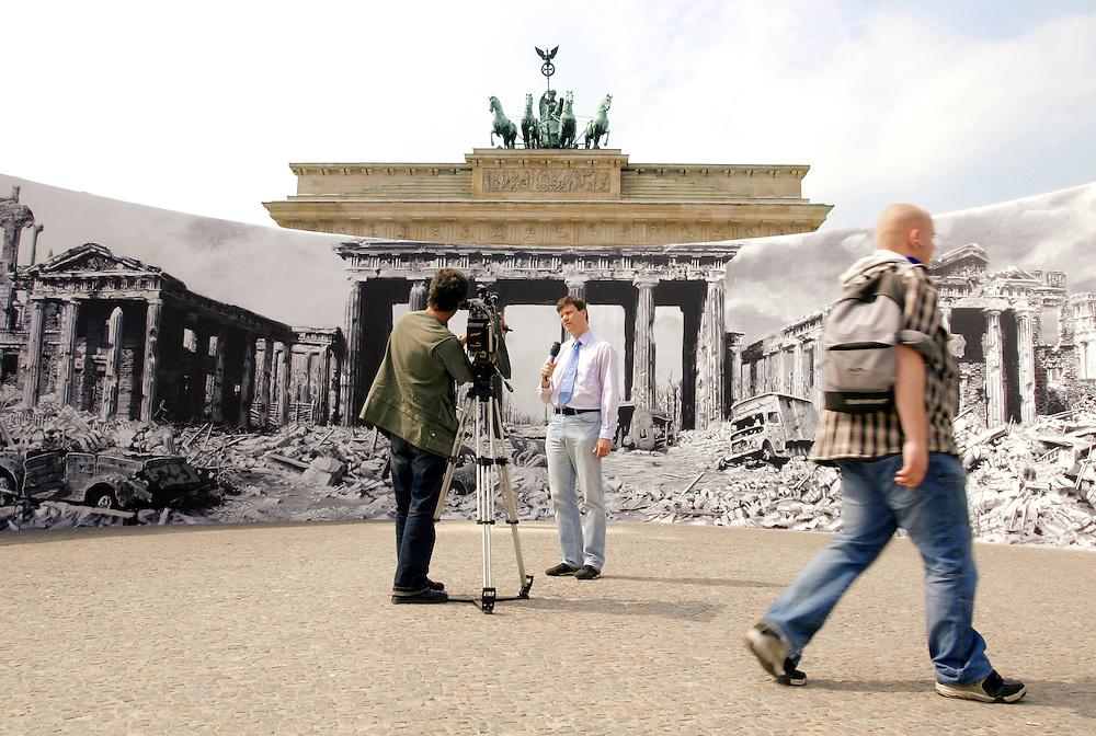 GERMANY - End of World War II, 60 years later; street scene at Brandenburg Gate;<br /> Deutschland - Berlin - 8. Mai - 60 Jahre Kriegsende.Eine halbrunde Panorama-Stellwand, auf der die Verwuestungen rund um das Brandenburger Tor zum Kriegsende 1945 zu sehen sind, ist seit dem 02. Mai vor dem Brandenburger Tor auf dem Pariser Platz zu bewundern.03.05.2005
