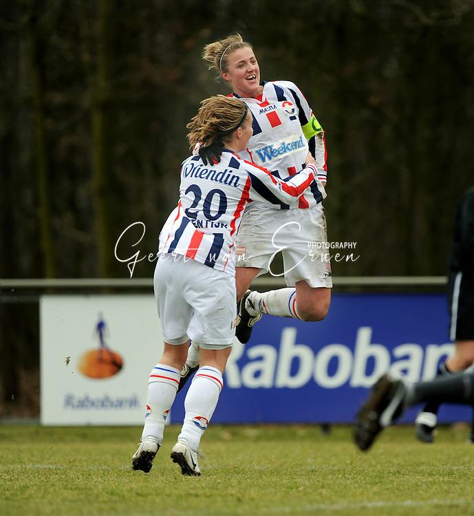 15-02-2009 Voetbal:Willem II:FC Utrecht:Tilburg<br /> Kirsten van de Ven heeft de beslissende treffer gemaakt en wordt door Tamara Valentijn gefeliciteerd<br /> Foto: Geert van Erven