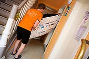Teamleden dragen de voorkap een hotelkamer uit. Het Human Power Team Delft en Amsterdam (HPT), dat bestaat uit studenten van de TU Delft en de VU Amsterdam, is in Senftenberg voor een poging het laagland sprintrecord te verbreken op de Dekrabaan. In september wil het Human Power Team Delft en Amsterdam, dat bestaat uit studenten van de TU Delft en de VU Amsterdam, tijdens de World Human Powered Speed Challenge in Nevada een poging doen het wereldrecord snelfietsen voor vrouwen te verbreken met de VeloX 7, een gestroomlijnde ligfiets. Het record is met 121,44 km/h sinds 2009 in handen van de Francaise Barbara Buatois. De Canadees Todd Reichert is de snelste man met 144,17 km/h sinds 2016.<br /> <br /> Team members carry the canopy out of a hotel room. The Human Power Team is in Senftenberg, Germany to race at the Dekra track as a preparation for the races in America. With the VeloX 7, a special recumbent bike, the Human Power Team Delft and Amsterdam, consisting of students of the TU Delft and the VU Amsterdam, also wants to set a new woman's world record cycling in September at the World Human Powered Speed Challenge in Nevada. The current speed record is 121,44 km/h, set in 2009 by Barbara Buatois. The fastest man is Todd Reichert with 144,17 km/h.