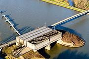 Nederland, Utrecht, Nieuwegein, 07-02-2018; Amsterdam-Rijnkanaal (onder) met plofsluis bij Jutphaas, onderdeel van de Nieuwe Hollandse Waterlinie. De voorziening diende om het kanaal af te kunnen dammen, een explosie met dynamiet zou de inhoud van de betonnen bak - zand en grind - in het kanaal doen belanden. Toenemende scheepvaart leidde er toe dat het kanaal om de sluis heen geleid werd. <br /> 'Plof' sluice, explosion sluice, Dutch defense line; the installation was build to obstruct the canal: explosives would cause the sand and gravel from the concrete reservoirs to fall in the canal.<br /> <br /> luchtfoto (toeslag op standard tarieven);<br /> aerial photo (additional fee required);<br /> copyright foto/photo Siebe Swart