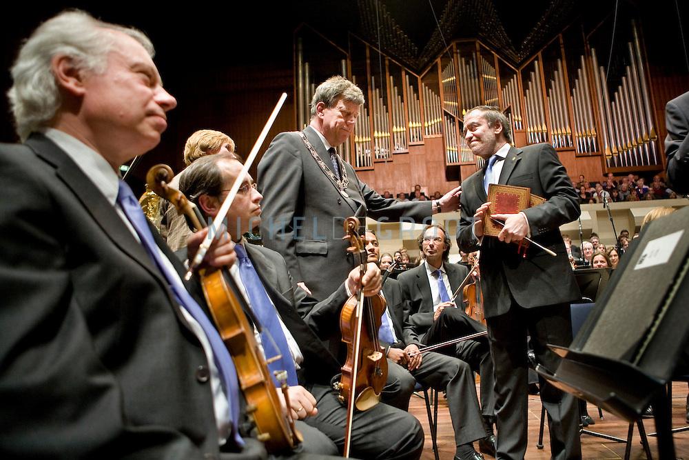 Dirigent Valeri Abisalovitsj Gergiev ontvangt de Johan van Oldenbarnevelt penning tijdens zijn afscheidsconcert met het Rotterdams Philharmonisch Orkest in de Doelen op May 25, 2008 in Rotterdam, The Netherlands. In 1995 werd Gergiev de chef-dirigent van het Rotterdams Philharmonisch Orkest. In Rotterdam wordt sindsdien elk jaar het Gergiev Festival gehouden; de eerste editie was in september 1996. (photo by Michel de Groot)