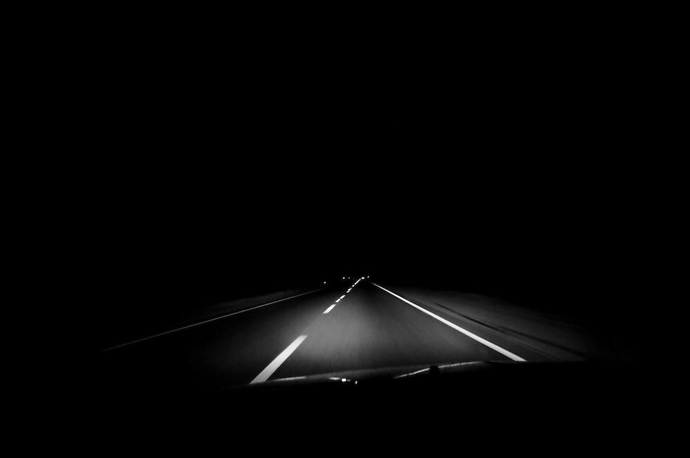 USA,Vereinigte Staaten von Amerika,  Nächtliche Autofahrt auf einer wenig befahrenen Straße  |  USA ,United States,United States of America, night drive by car on a lonely  road  |