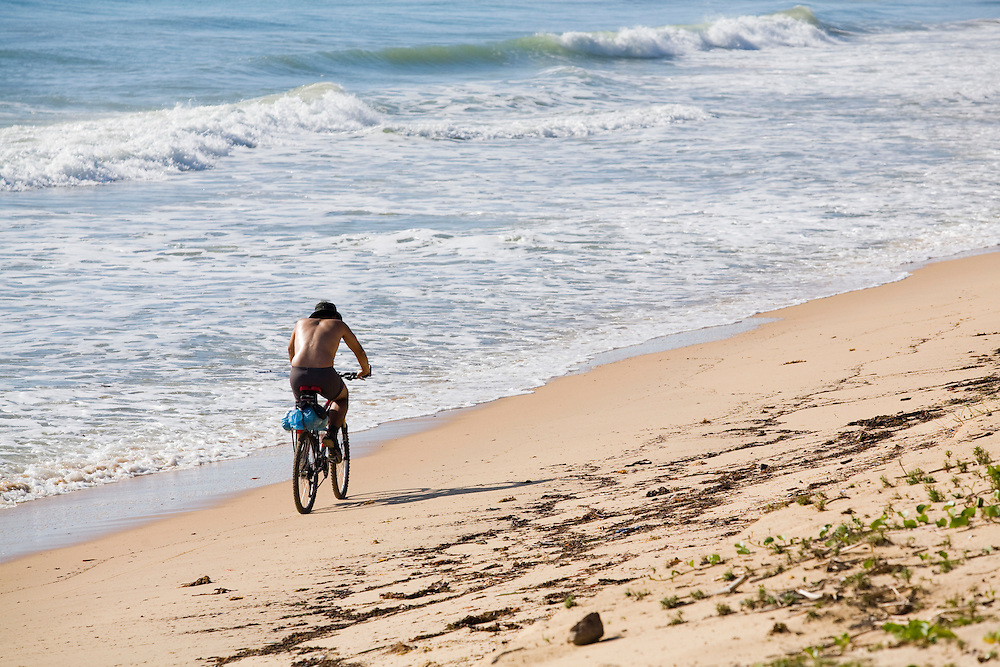 Porto Seguro_BA, Brasil...Ciclista na praia em Trancoso...The cyclist in the beach in Trancoso...Foto: LEO DRUMOND / NITRO