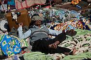 Un réfugié originaire du Bangladesh se repose au poste frontière de Ras Jedir après avoir fui la Libye. Plus de 140 000 réfugiés ont déjà quitté la Libye par la Tunisie ou l'Egypte et des milliers continuent d'arriver chaque jours. Jeudi 3 Mars 2011, Ras Jedir, Tunisie..© Benjamin Girette / IP3