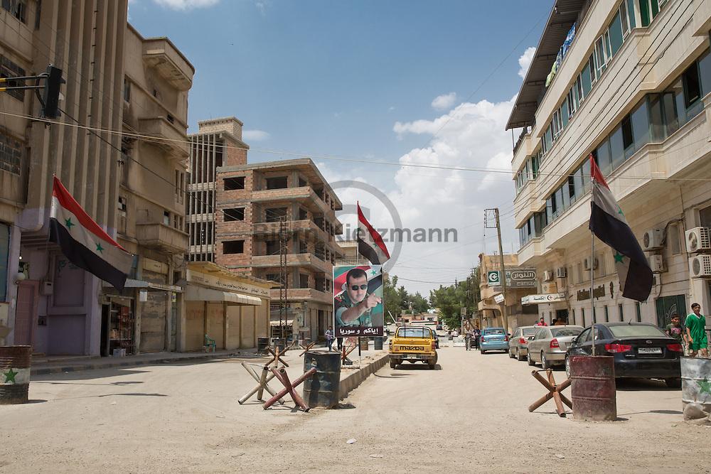 Qamischli, Syrien / Björn Kietzmann / 24.05.2015 - Absperrungen an Straßen die vom Syrischen Regime kontrolliert werden. Syrischer Bürgerkrieg: Straßenszenen in Qamischli (kurdisch Qamişlo). Die Stadt liegt zwar einerseits in Rojava, einem de facto autonomen Gebiet im norden Syriens welches unter kurdischer Kontrolle steht. Teile der Stadt werden jedoch weiterhin vom syrischen Regime kontrolliert, neben Straßensperren die Regime-Viertel absperren sind syrische Flaggen, sowie Fotos und Statuen von syriens Diktator Assad weiterhin in teilen von Qamischli zu sehen.