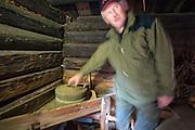 John O. Evjen viser fram ei gammel håndkvern. Fantes på alle gårder før i tiden.