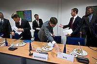 Nederland. Den Haag, 7 oktober 2008.<br /> Najaarsoverleg bij de SER. Balkenende wil de minister van Financien aan zijn rechterzijde hebben. De bordjes en de broodjes worden gewisseld. Aboutaleb, Donner, Bos, Balkenende, Rouvoet, Henk Brons (RVD).<br /> Foto Martijn Beekman<br /> NIET VOOR PUBLIKATIE IN LANDELIJKE DAGBLADEN.