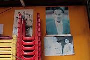 Des posters delavées du roi et du couple royal sur les murs d'un restaurant de rue près de Sala Daeng.