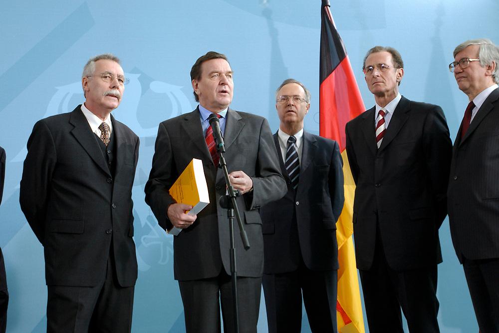 13 NOV 2002, BERLIN/GERMANY:<br /> Prof. Dr. Wolfgang Wiegard, Vorsitzender d. Sachverstaendigenrates, Gerhard Schroeder, SPD, Bundeskanzler, Hans Eichel, SPD, Bundesfinanzminister, Prof. Dr. Bert Ruerup, Mitgl. d. Sachverstaendigenrates, Prof. Dr. Juergen Kromphardt, Mitgl. d. Sachverstaendigenrates, (v.L.n.R.), waehrend der Uebergabe des Jahresgutachtens 2002/2003 &quot;Zwanzig Punkte fuer Beschaeftigung und Wachstum&quot; vom Sachverstaendigenrat zur Begutachtung der gesamtwitschaftlichen Entwicklung an den Bundeskanzler, Bundeskanzleramt<br /> IMAGE: 20021113-02-012<br /> KEYWORDS: Sachverst&auml;ndigenrat, Gerhard Schr&ouml;der, Bert R&uuml;rup, &Uuml;bergabe, Wirtschaftswissenschaftler