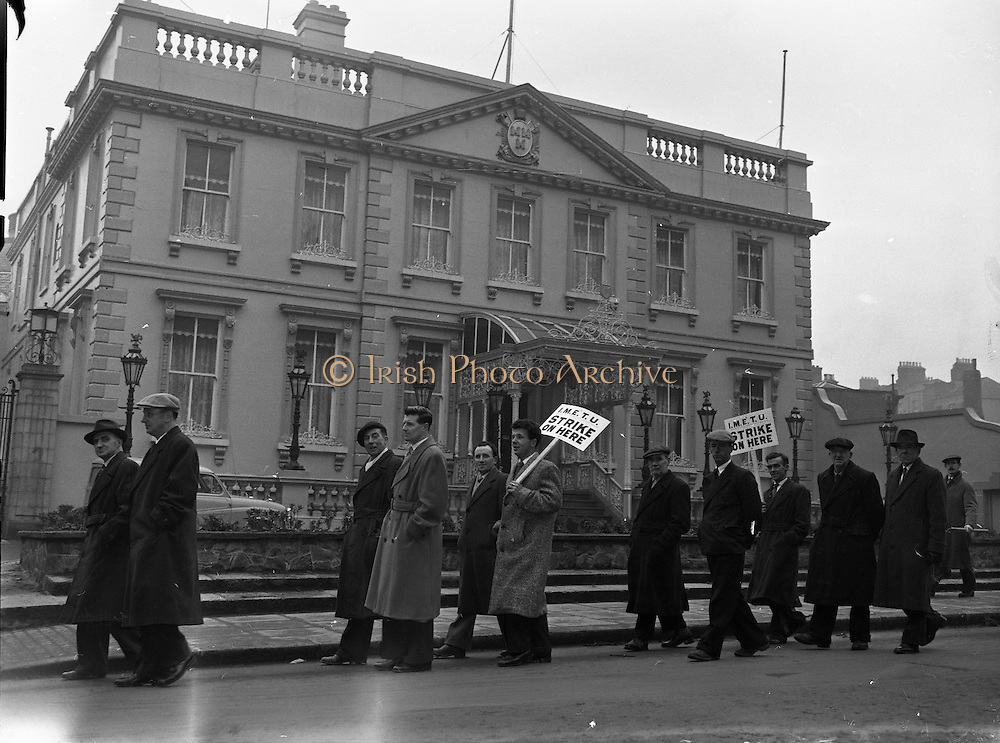 Corporation Workers Picket Mansion House and Lord Mayor .03/02/1958 .