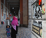 Roma, 17/10/2006: Famiglia di immigrati sotto i portici di Piazza Vittorio, manifesto estrema destra.
