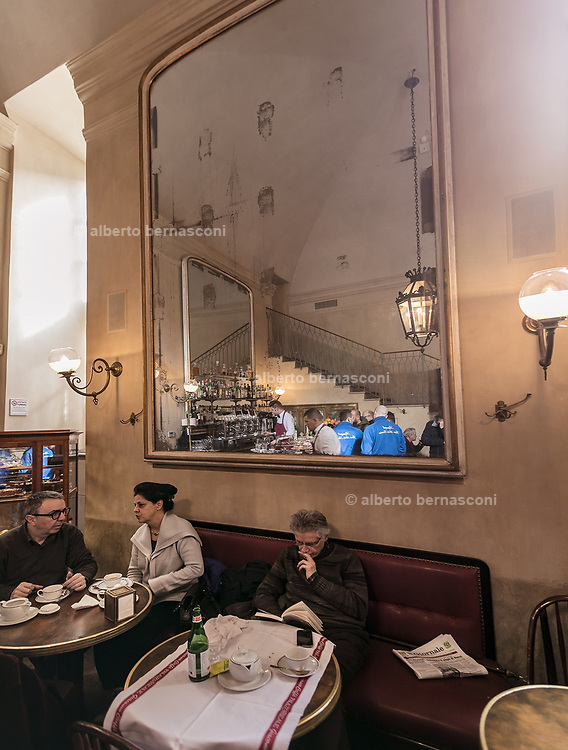 Milan, GIACOMO, caffè di Palazzo Reale . Caffè Letterario in Palazzo Reale was born from the desire to follow in the footsteps of cafés found in the most famous museums in the world. It is a space where culture blends with the art of food, making for an interesting meeting place. At Giacomo Coffee you can start your day with a tasty breakfast of delicious homemade pastries or you can enjoy lunch choosing dishes prepared by Giacomo chefs, expertly offering traditional Italian fare in the daily menu. The room on the first floor is instead the perfect place to sip a cup of tea from the prestigious Mariages Frerès selection, while leafing through the catalogs of exhibitions held at Palazzo Reale over the last 25 years.