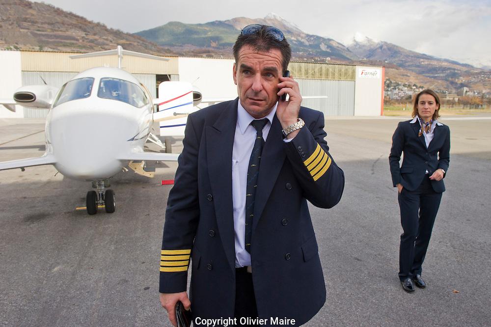 Le Pilote Nicolas Ducommun attend Constantin a l'aéroport de Sion..Journée avec le President du FC Sion Christian Constantin avec son jet prive entre Sion Zurich Geneve et Zurich, le 10 novembre 2010. (PHOTO-GENIC.CH/ OLIVIER MAIRE)