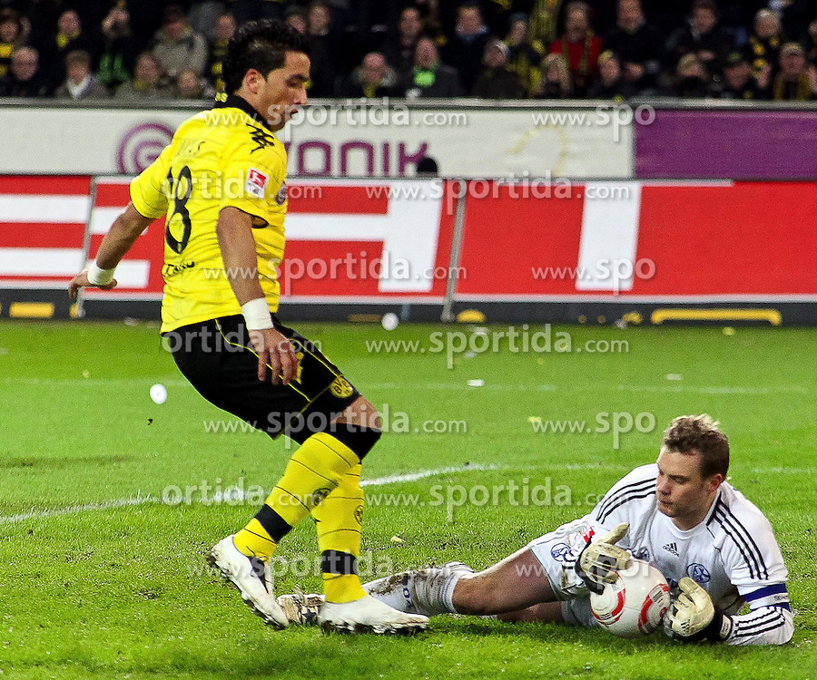04.02.2011,  Signal Iduna Park, Dortmund, GER, 1.FBL, Borussia Dortmund vs Schalke 04, 21. Spieltag, im Bild: Lucas Barrios (Dortmund #18) (li.) gegen Manuel Neuer (Schalke #1) (re.)   EXPA Pictures © 2011, PhotoCredit: EXPA/ nph/  Mueller       ****** out of GER / SWE / CRO  / BEL ******