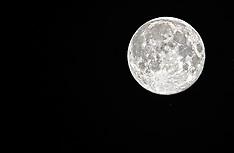 20140809 NED: Supermaan goed te zien ondanks bewolking, Maarssen